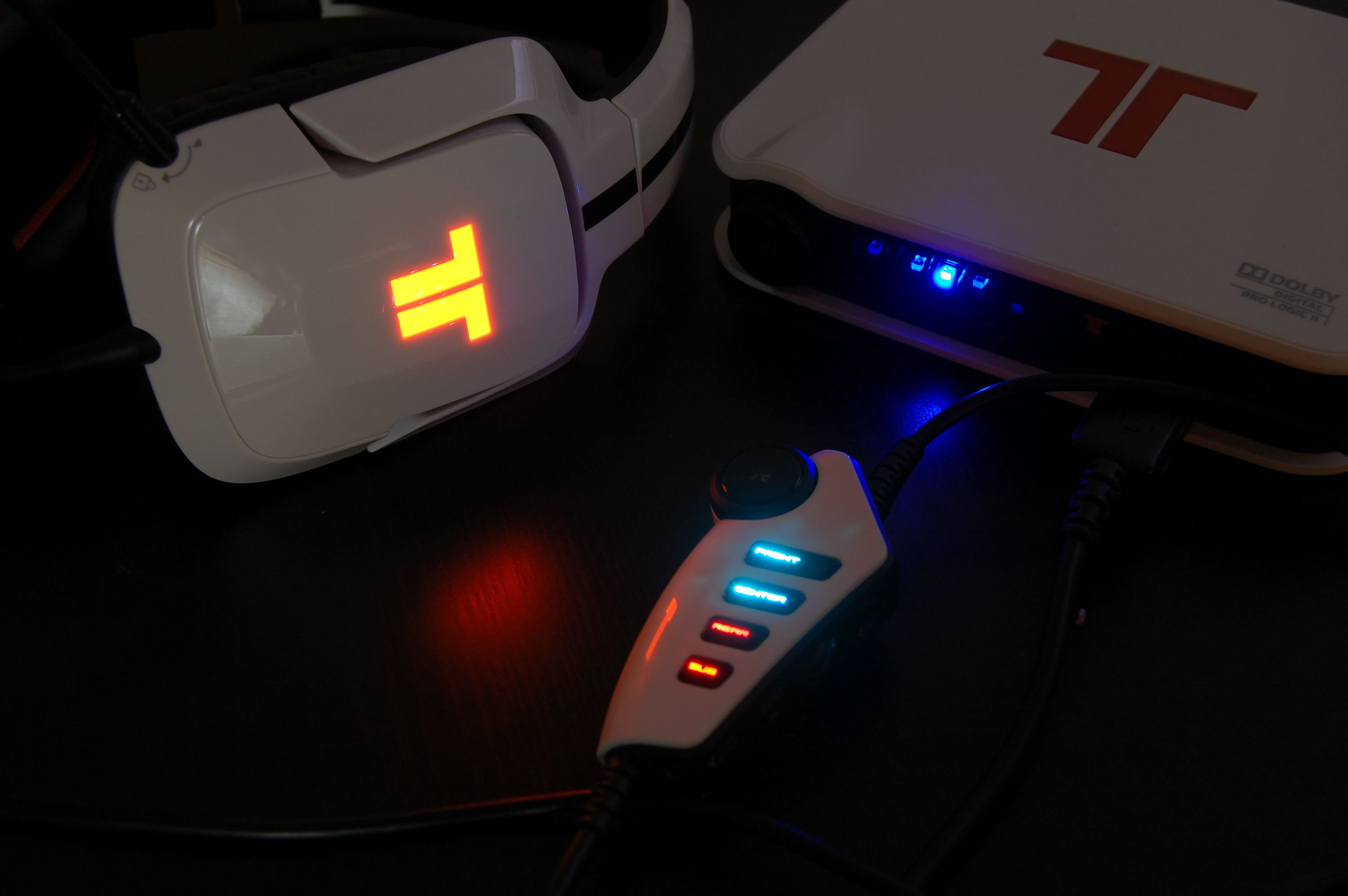 Tritton by MadCatz Pro+ 5.1 Surround Gaming Headset Review - Earcup and Controller Lights